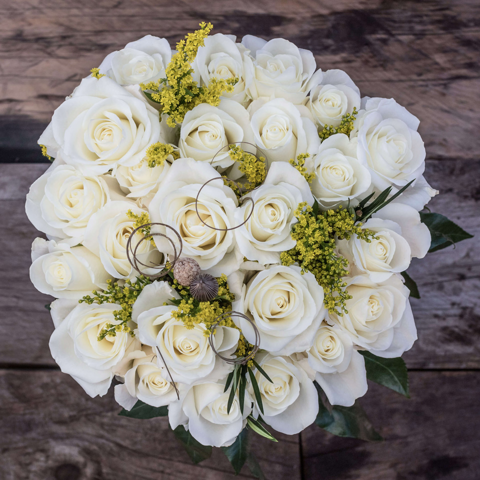 Pearly Drops: White Roses - Exotic flowers from Ecuador